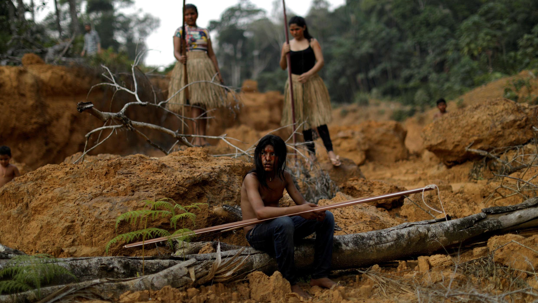 Integrantes de la tribu Mura muestran un área deforestada dentro de tierras indígenas en la selva del Amazonas, cerca de Humaitá, el 20 de agosto de 2019.
