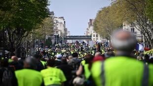 """محتجو """"السترات الصفراء"""" يتوجهون إلى ضاحية كوربفوا قرب العاصمة باريس - 6 أبريل/نيسان 2019"""