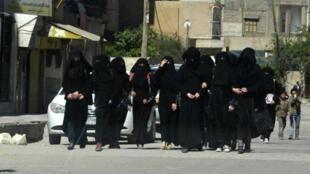 Des femmes photographiées à Raqqa, bastion de l'EI en Syrie, en 2014.