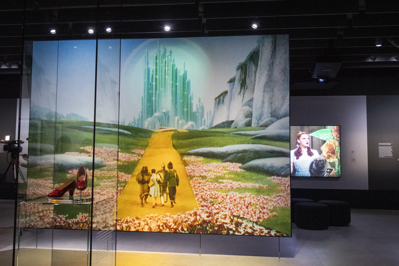Les chaussures de Judy Garland du Magicien d'Oz sont exposées à l'Academy Museum Of Motion Pictures