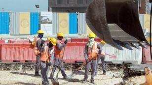 عمال في ورش للبناء بقطر