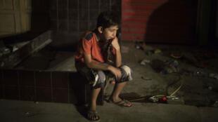 Un enfant dans la rue après le séisme qui a frappé l'Équateur samedi 17 avril.