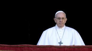 Le pape s'adressant à des milliers de fidèles réunis place Saint-Pierre, le 25 décembre 2018.
