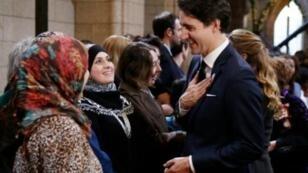 رئيس الوزراء الكندي يتحدث مع لاجئين في ديسمبر 2015
