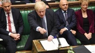 Boris Johnson increpa a la oposición tras aprobar la enmienda que retrasaría la salida del Reino Unido de la Unión Europea. Londres, Reino Unido, 19 de octubre de 2019.