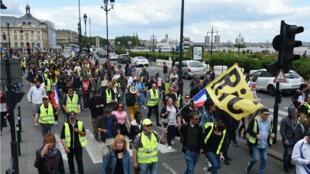 Des Gilets jaunes défilent à Bordeaux le 25 mai 2019.