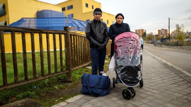 Nelson Delgado y su esposa Jeimy Elisabeth, junto con su hijo de dos meses, son migrantes salvadoreños que piden poder solicitar asilo en Madrid, España.
