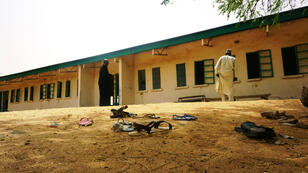 Des sandales sur le sol de la cour de l'école publique de Dapchi, au Nigeria, où 110 jeunes filles ont été enlevées le 19 février 2018.