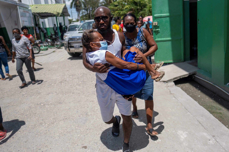 Una mujer herida en el sismo de magnitud 7,2 del sábado es trasladada a un hospital, en Les Cayes, Haití, el 16 de agosto de 2021.