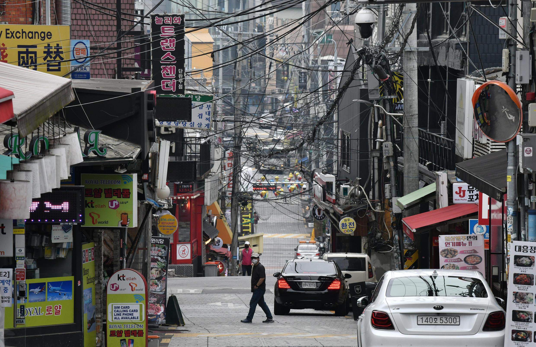 La capital de Corea del Sur ordenó el cierre de todos los clubes y bares después de un nuevo brote en el sector de Itaewon, donde se concentran muchos bares nocturnos.