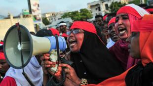 Dimanche 15 octobre 2017, des habitants de Mogadiscio manifestent leur colère dans les rues de la capitale, deux jours après le pire attentat de l'histoire du pays.