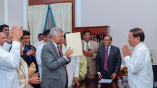 Ranil Wickremesinghe toma nuevamente juramento como primer ministro ante el presidente de Sri Lanka, Maithripala Sirisena, en Colombo, Sri Lanka, el 16 de diciembre de 2018.