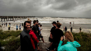 Un grupo de personas espera la llegada del huracán Dorian en Jacksonville, Florida, EE. UU. el 4 de septiembre de 2019.