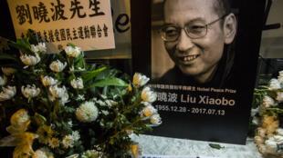 Mémorial en hommage au dissident Liu Xiaobo devant le bureau de liaison chinois de Hong Kong, le 13 juillet 2017.