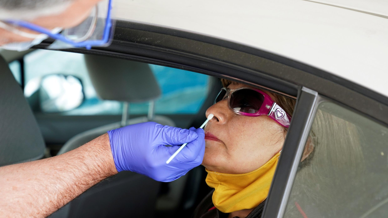Un trabajador administra una prueba a un pasajero en un sitio de tránsito para recolectar muestras de pandemia de la enfermedad por coronavirus en Leesburg, Virginia, EE. UU., 20 de mayo de 2020. Foto de archivo.