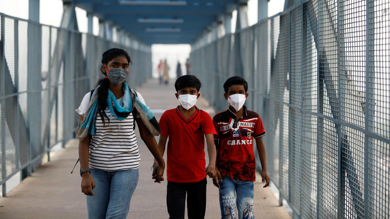Niños con máscaras caminan en Nueva Delhi, India, el 2 de noviembre de 2019.