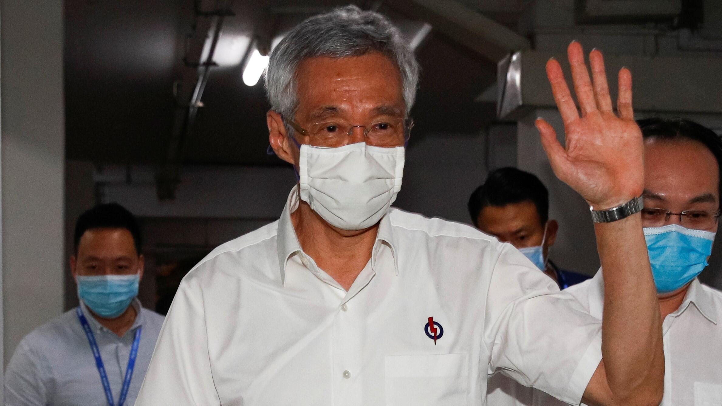 El primer ministro de Singapur, Lee Hsien Loong, saluda cuando llega a una sucursal del Partido de Acción Popular, mientras se cuentan las papeletas durante las elecciones generales, en Singapur el 11 de julio de 2020.