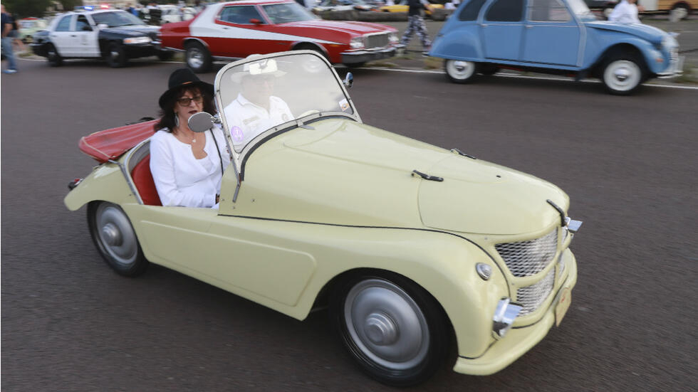VIDEO Rally of over 700 vintage cars wows Paris