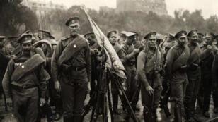 Des soldats russes et leur drapeau sur l'esplanade des Invalides, le 14 juillet 1916, avant la revue.