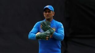 No logo - India's MS Dhoni keeps wicket in a World Cup match against Australia at the Oval with no sign of any military symbols on his gloves