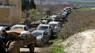 Des dizaines de véhicules transportant des civils faisaient la queue pour sortir de l'enclave d'Afrin, le 12 mars 2018.