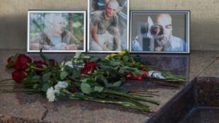 """تكريم للصحافيين الروس الثلاثة مراسل الحرب اورخان جمال وصحافي التوثيق الكسندر راستورغوييف والمصور كيريل رادتشينكو أمام """"البيت المركزي للصحافيين"""" في موسكو 1 أغسطس 2018"""