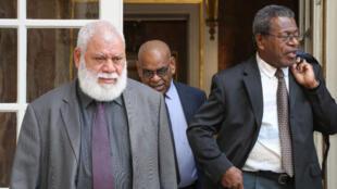 Paul Neaoutyine (à gauche) et d'autres représentants politiques de Nouvelle-Calédonie ont été chargés par Édouard Philippe de rédiger un rapport en vue du futur référendum sur l'indépendance.