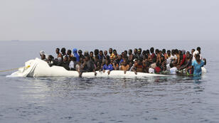 Des migrants sur une embarcation au large de la Libye, le 20 mars 2017.