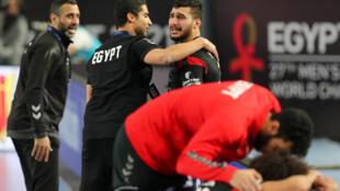 لاعبو المنتخب المصري متأثرون بعد إقصائهم من بطولة العالم لكرة اليد أمام الدنمارك في 27 كانون الثاني/يناير 2021