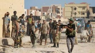 مقاتلون من القوات الموالية لحكومة الوفاق الوطني في سرت في 27 تشرين الأول/أكتوبر 2016