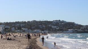 أشخاص يزورون أحد الشواطئ بمنطقة المرسة قرب العاصمة التونسية، 11 مايو/أيار 2020.