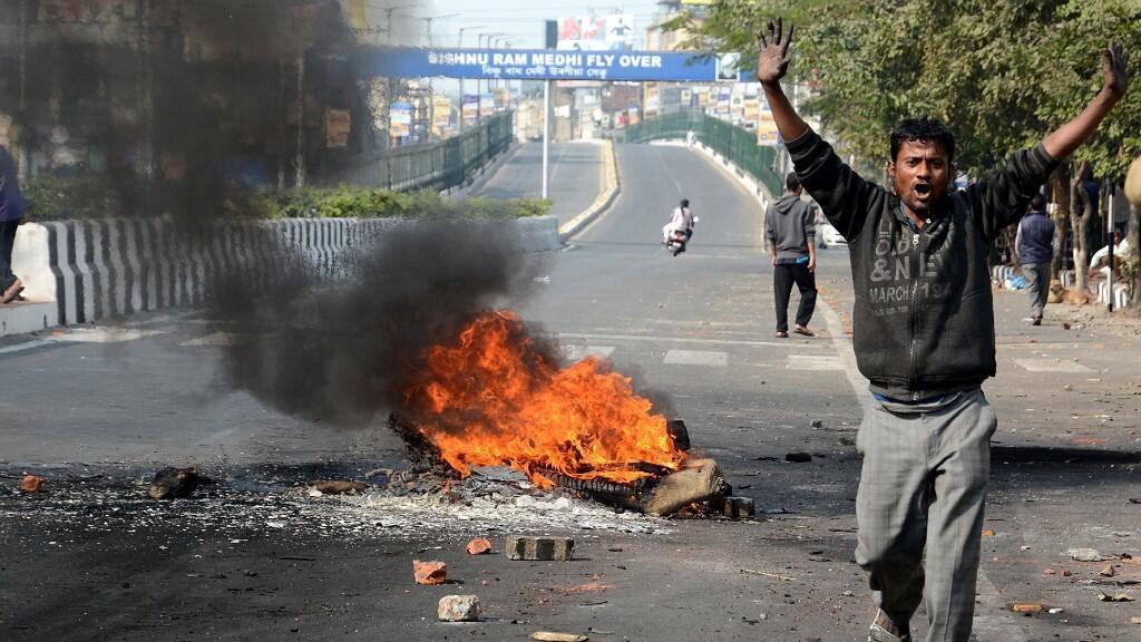 Los manifestantes queman madera en el camino mientras protestan contra el Proyecto de Ley de Enmienda de Ciudadanía en Guwahati, Assam, India, el 12 de diciembre de 2019. La administración de la ciudad de Guwahati impuso el toque de queda después de la violencia durante las protestas contra el Proyecto de Ley de Enmienda a la Ciudadanía.
