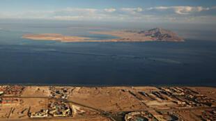 Les îles de Tiran (au fond) et de Sanafir (au premier plan), dans la mer rouge.