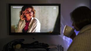 Una mujer ve una telenovela en Santiago de Chile, el 20 de abril de 2020