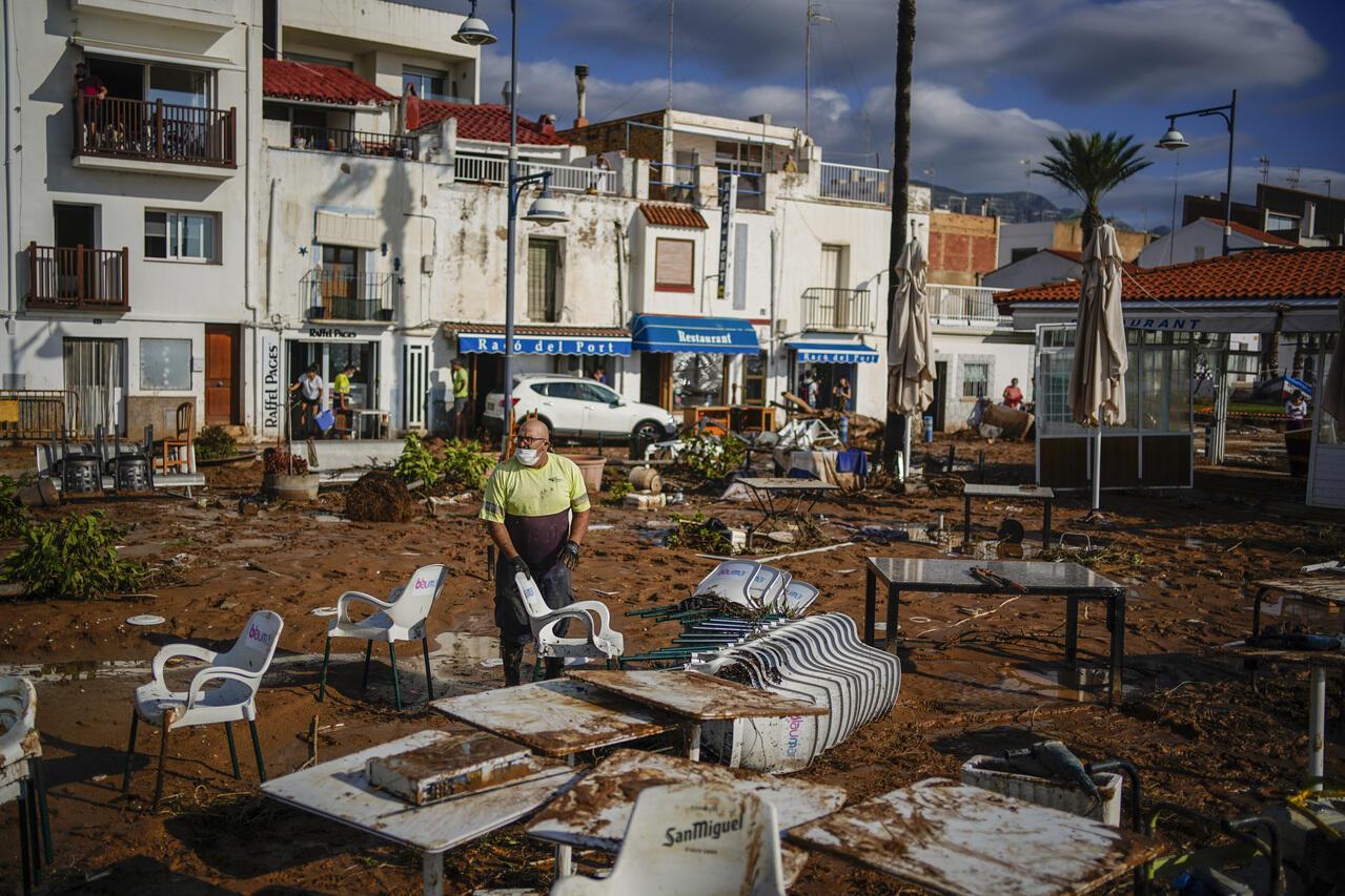 Un trabajador municipal limpia después de las inundaciones en una ciudad costera de Alcanar, en el noreste de España, el jueves 2 de septiembre de 2021.