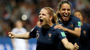 Eugénie Le Sommer festeja junto a Amel Majri tras marcar de penal el 2-1 de Francia sobre Noruega en Niza, el 12 de junio de 2019.