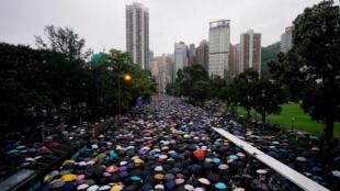 Manifestantes de la carta antidiextradición marchan para exigir democracia y reformas políticas, en Hong Kong, China el 18 de agosto de 2019.