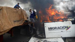 Un des camions d'aide humanitaire a pris feu à la frontière colombienne, samedi 23 février 2019.