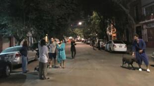 Los mexicanos fueron sorprendidos en la noche por la réplica, muchos salieron a las calles pese a estar en pijama