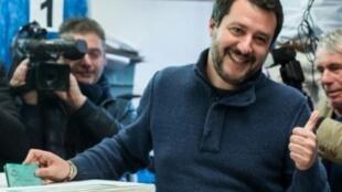 زعيم اليمين المتطرف ماتيو سالفيني يدلي بصوته في مركز اقتراع في ميلانو في 4 آذار/مارس 2018.