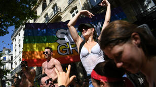 Participantes de la marcha del orgullo gay, en París, Francia, el 29 de junio de 2019, desafían la ola de calor para exigir igualdad de derechos.