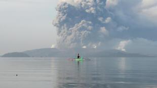 Le volcan Taal, situé au sud de Manille (Philippines), le 13 janvier 2020.