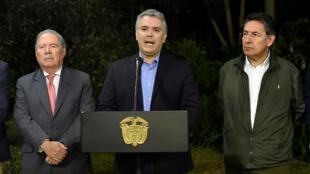 El presidente colombiano, Iván Duque, habla en una conferencia de prensa, junto al ministro de Defensa, Guillermo Botero, y al fiscal general, Néstor Humberto Martínez, en Medellín, Colombia, el 21 de diciembre de 2018.