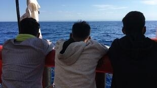 Tres jóvenes rescatados a bordo del barco Ocean Viking, operado por la ONG francesa SOS Méditerranée, el 5 de julio de 2020.