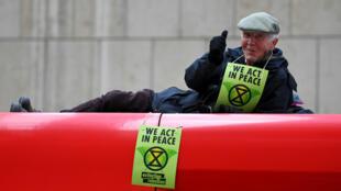 Un hombre gesticula sobre un tren mientras los manifestantes bloquean el tráfico en la estación Canary Wharf durante la protesta de Extinction Rebellion en Londres, Gran Bretaña, 25 de abril de 2019.