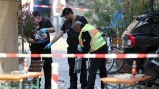الشرطة الألمانية تجمع أدلة من موقع تفجير انتحاري قام به طالب لجوء سوري في مدينة انسباخ.