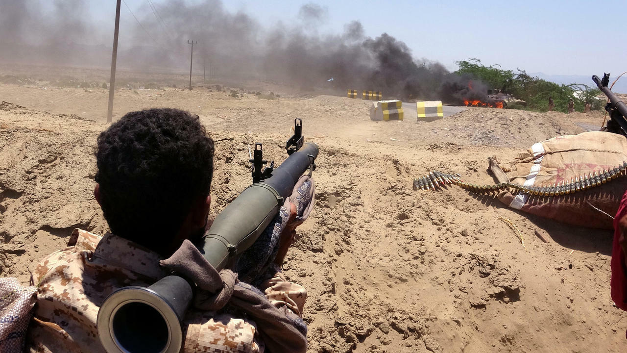 انفصالي يراقب قوات الحكومة السعودية في محافظة أبين في 11 مايو/ آيار 2020.