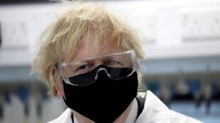 Le Premier ministre britannique Boris Johnson, le 13 février 2021 lors de la visite d'un laboratoire dans le nord-est de l'Angleterre