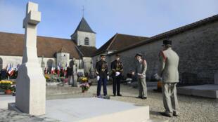 Des gendarmes et officiers devant la tombe du général de Gaulle à Colombey-les-Deux-Églises, le 9 novembre 2011.