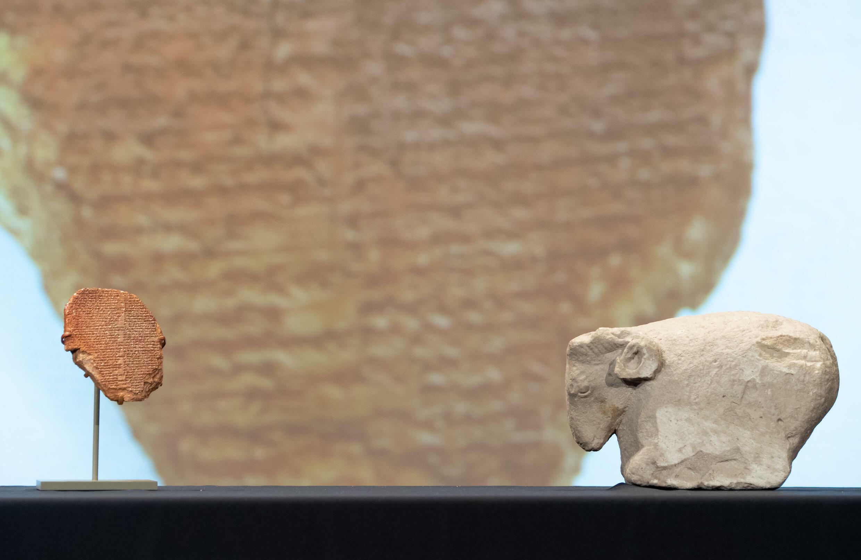 """اللوح الأثري الذي يضم جززءا من """"ملحمة غلغامش"""" في 23 أيلول/سبتمبر 2021 في واشنطن"""